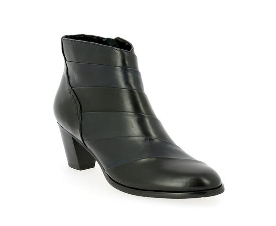 Boots Regarde Le Ciel Noir